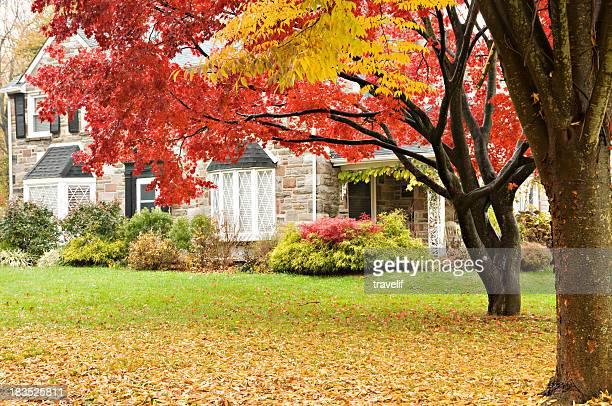 Lusso casa e famiglia sul prato in autunno