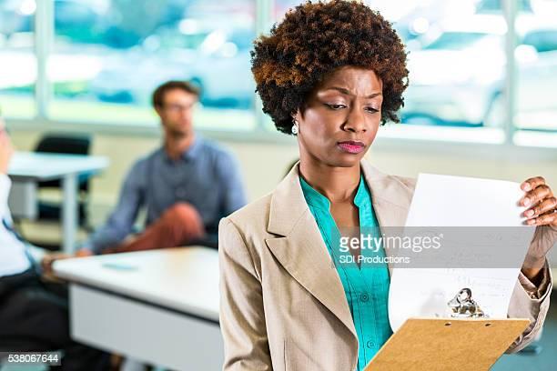 Verärgert afroamerikanischer Geschäftsfrau