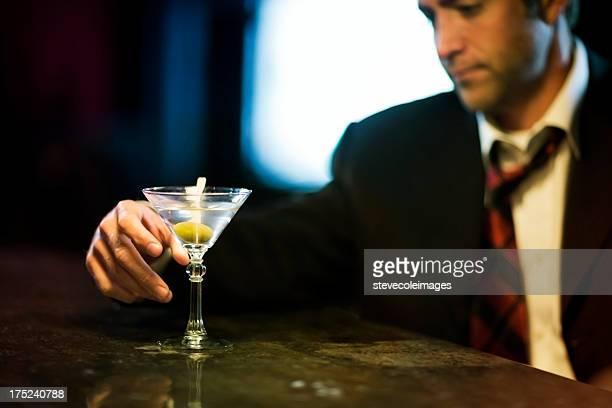腹男性、マティーニグラスにバー」。