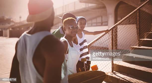Urban étudiants afro-américain heureux de parler dans un cadre convivial pour les groupes