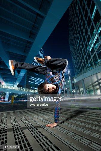 都会のアジアに励むブレイクダンサー