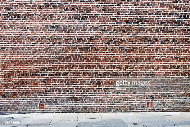 Fond urbain, Royaume-Uni-Rouge mur de briques avec trottoir