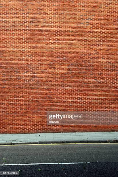 都会の背景 UK -赤いレンガの壁に歩道