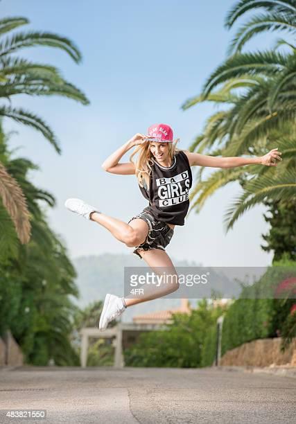 Urbane Mode Mädchen Tanzen auf den Straßen