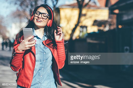 Urban girl listening to some music : ストックフォト