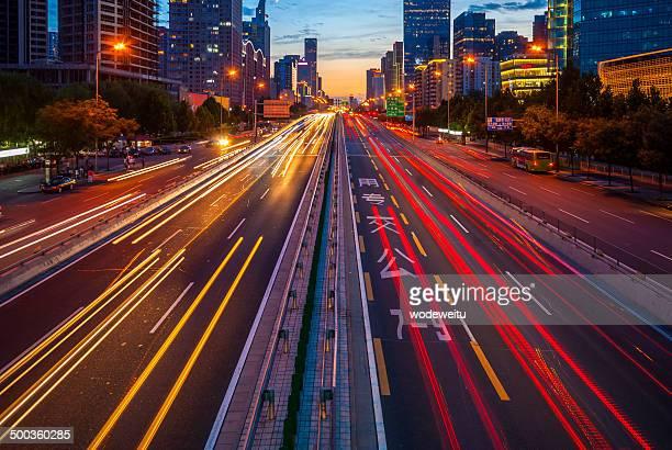 Urbano tráfico de autopista por la noche