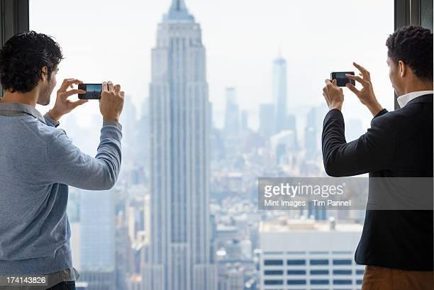 都会的ライフスタイルにぴったりです。2 つの若い男性を使用して電話