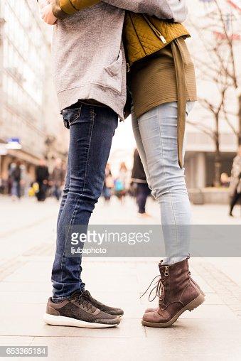 Urban love, couple kissing : Foto stock