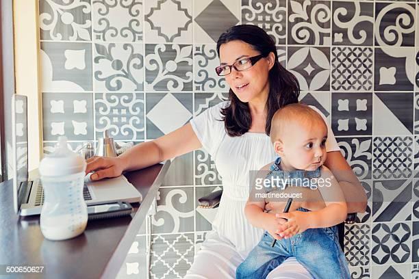 Urban Mutter Arbeit und Familie in einer öffentlichen Café.