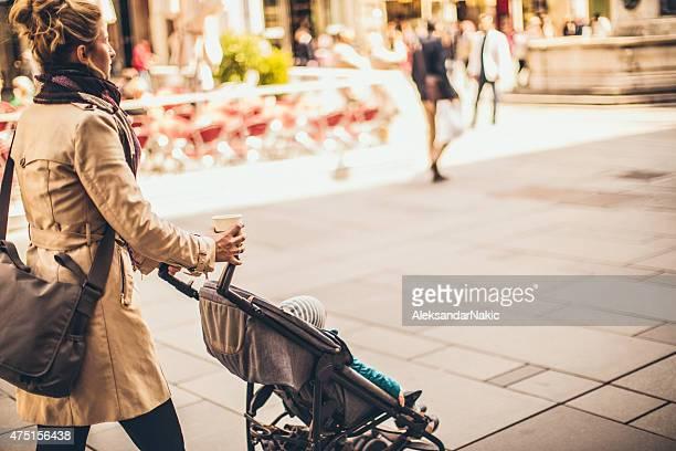 Urban maman avec une voiturette