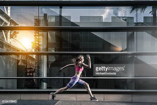 Corredor urbano en contra de una reflexión en un edificio