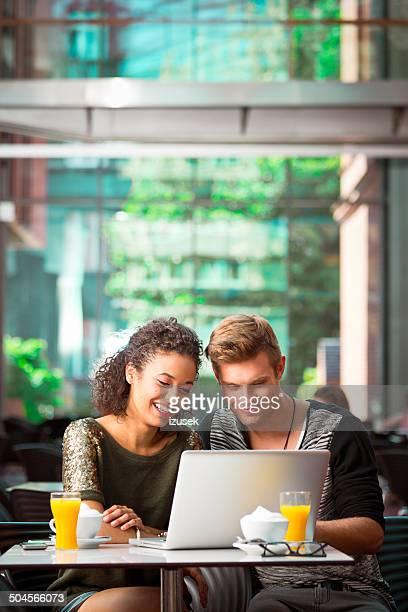 Urban Junge Menschen mit laptop