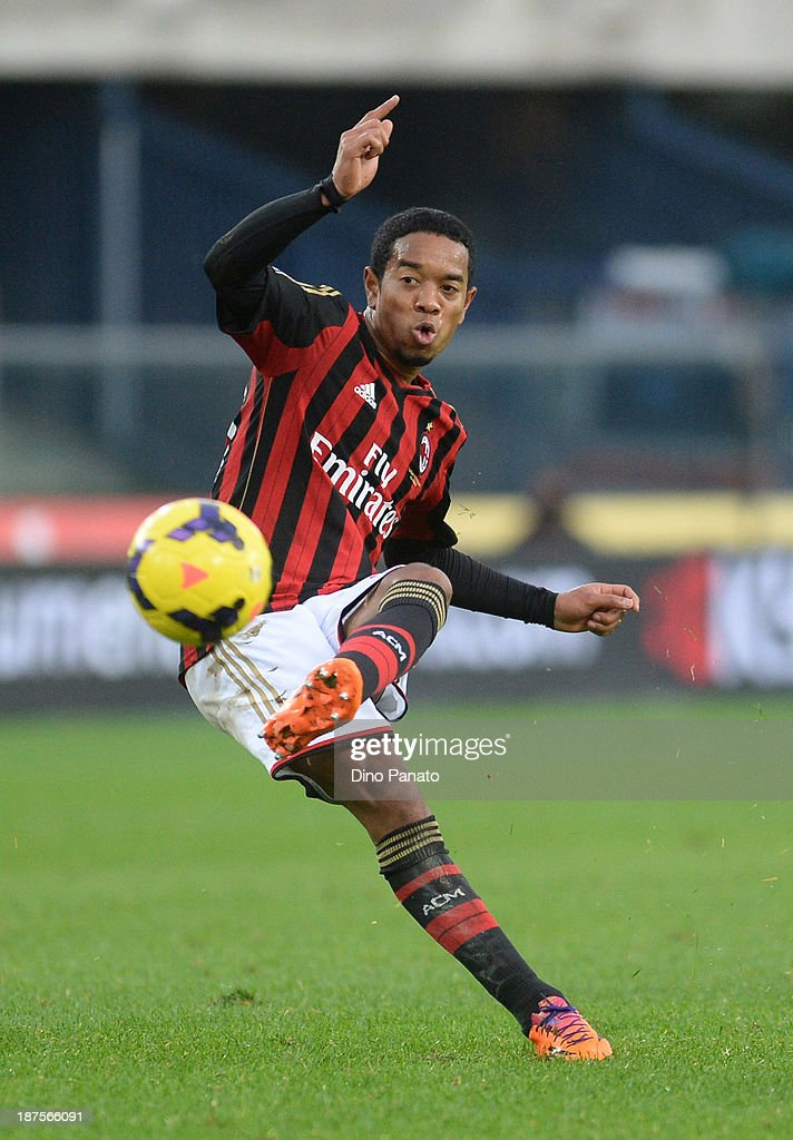 Urby Emanuelson of AC Milan in action during the Serie A match between AC Chievo Verona and AC Milan at Stadio Marc'Antonio Bentegodi on November 10...