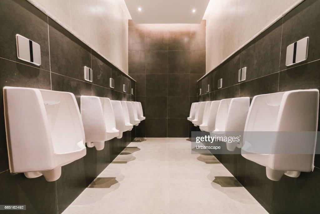 Urinale in herren öffentlichen moderne toilette sanitär toilette