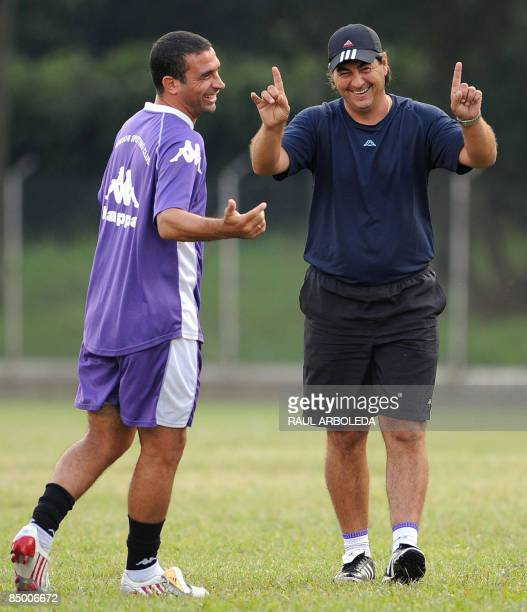 Uruguayan Defensor Sporting coach Jorge Da Silva gestures with footballer Pablo Gaglianone during a training session at the Pontificia Bolivariana...