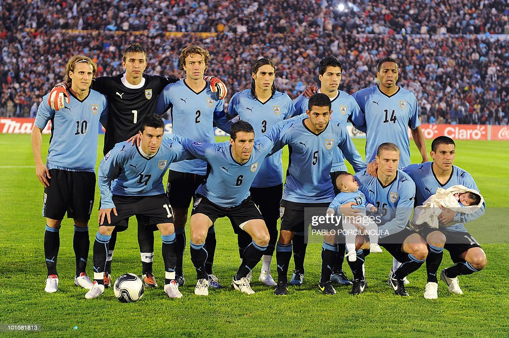 Uruguayan football players pose for a team picture before their FIFA World Cup South Africa-2010 qualifier football match against Argentina at the Estadio Centenario in Montevideo on October 14, 2009.