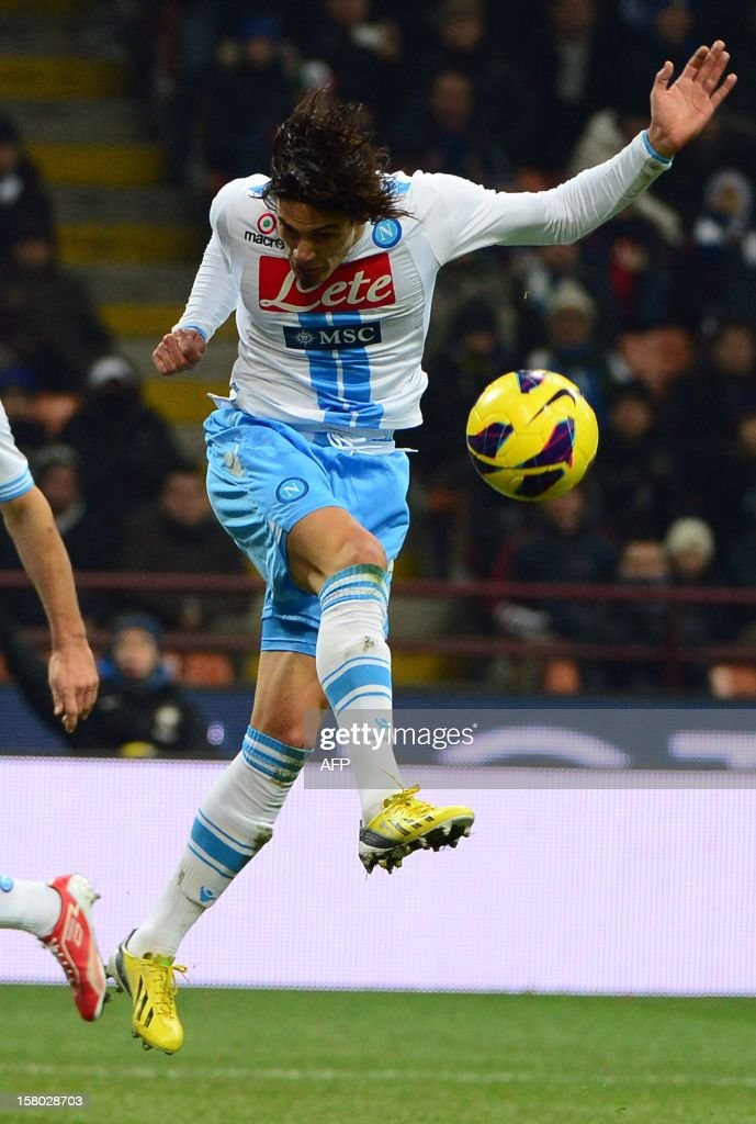 Uruguayan Napoli's striker Gomez Edinson Roberto Cavani controls the ball during the Italian serie A football match between Inter MIlan and Napoli on December 9, 2012 at the San Siro stadium in Milan.