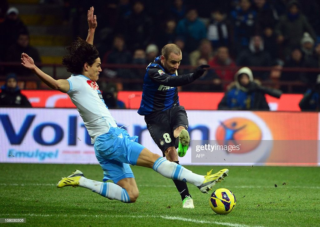 Uruguayan Napoli's striker Gomez Edinson Roberto Cavani fights for the ball with Inter Milan's Argetinian forward Rodrigo Sebastian Palacio during the Italian serie A football match between Inter MIlan and Napoli on December 9, 2012 at the San Siro stadium in Milan.