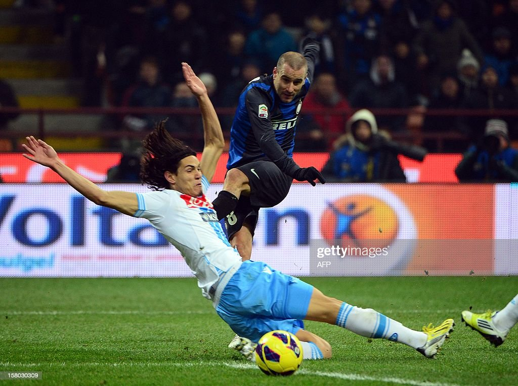 Uruguayan Napoli's striker Gomez Edinson Roberto Cavani fights for the ball with Inter Milan's Argetinian forward Rodrigo Sebastian Palacio during the Italian serie A football match between Inter MIlan and Napoli on December 9, 2012 at the San Siro stadium in Milan. AFP PHOTO / OLIVIER MORIN