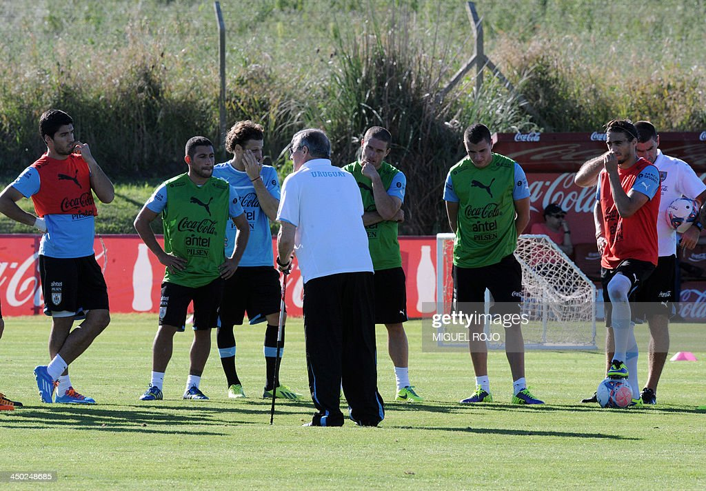 Uruguayan national football team coach Washington Tabarez speaks with his players during a training session in Canelones department, Uruguay on November 17, 2013. Uruguay will play the second leg of the FIFA World Cup Brazil 2014 qualifier play-off match against Jordan on November 20. AFP PHOTO/ Miguel ROJO