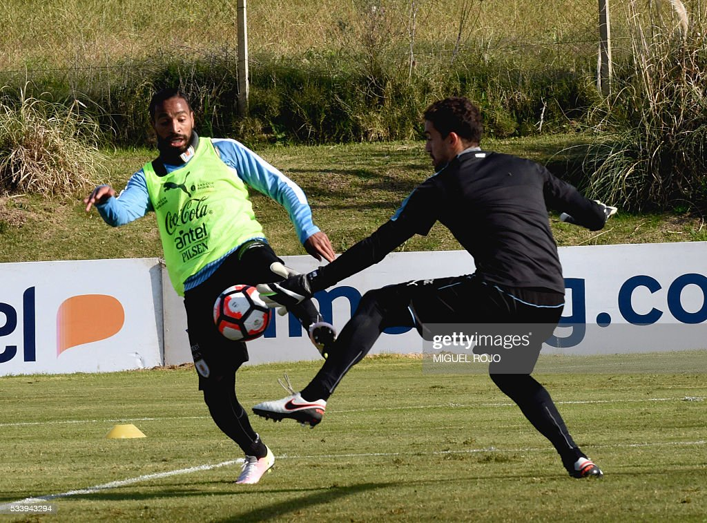Uruguayan national team footballer Alvaro Pereira (L) and Martin Silva in a training session on May 24, 2016 at the Complejo Celeste in Montevideo, in preparation for the Copa America 2016 in the United States. / AFP / MIGUEL