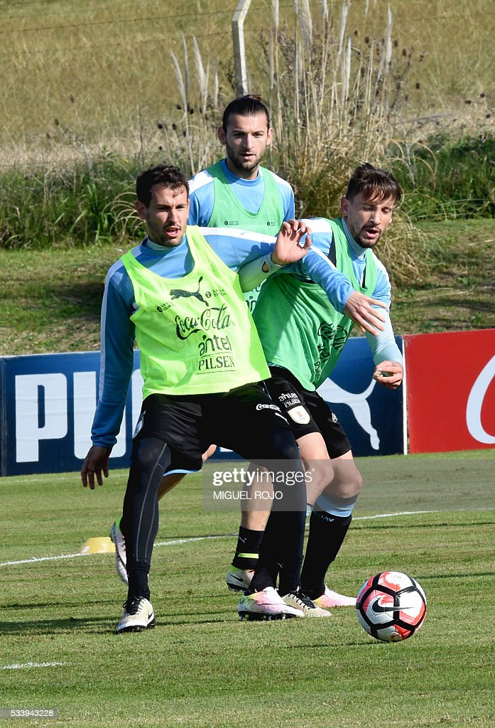 Uruguayan national team footballers Christian Stuani (L) and Gaston Ramirez in a training session on May 24, 2016 at the Complejo Celeste in Montevideo, in preparation for the Copa America 2016 in the United States. / AFP / MIGUEL