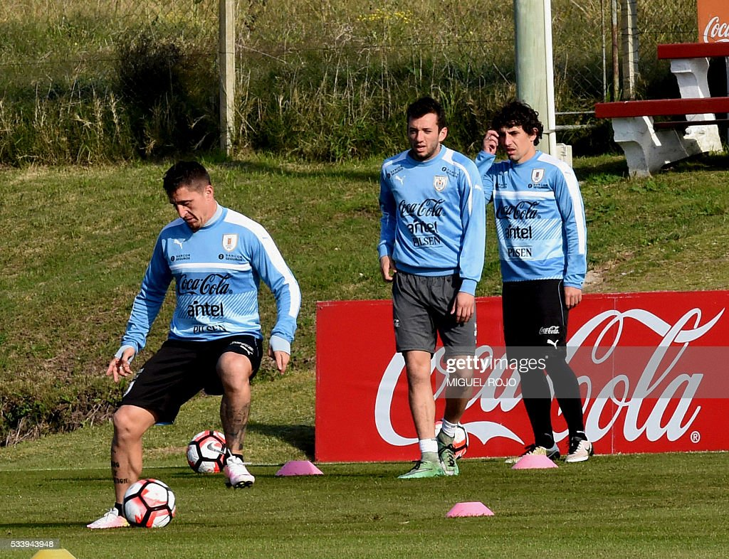 Uruguayan national team footballers Cristian Rodriguez (L) Matias Vecino (C) and Mathias Corujo (R) during a training session on May 24, 2016 at the Complejo Celeste in Montevideo, in preparation for the Copa America 2016 in the United States. / AFP / MIGUEL