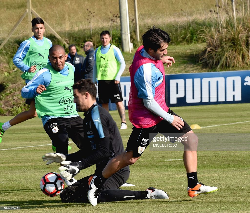 Uruguayan national team footballers goalkeeper Martin Silva (C), Nicolas Lodeiro (R) and Egidio Arevalo Rios (L) during a training session on May 24, 2016 at the Complejo Celeste in Montevideo, in preparation for the Copa America 2016 in the United States. / AFP / MIGUEL