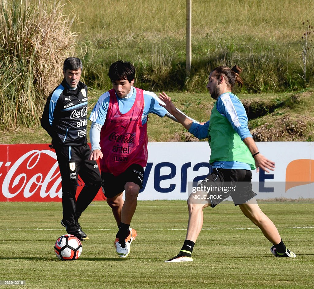 Uruguayan national team footballers Nicolas Lodeiro (L) and Gaston Silva in a training session on May 24, 2016 at the Complejo Celeste in Montevideo, in preparation for the Copa America 2016 in the United States. / AFP / MIGUEL