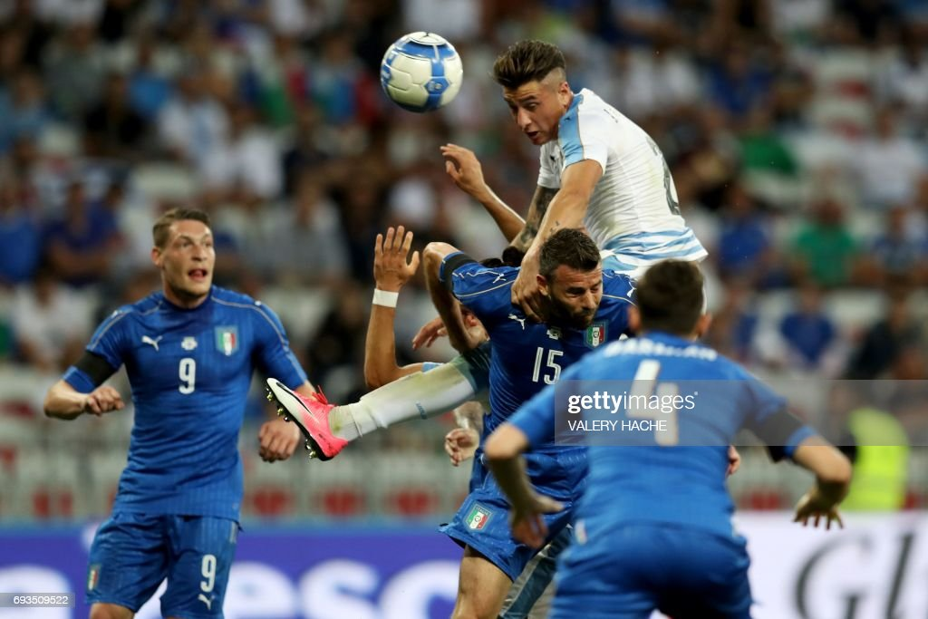 TOPSHOT - Uruguay's defender Jose Gimenez (top) vies with Italy's defender Andrea Barzagli during the friendly football match Italy vs Uruguay at the Allianz Riviera Stadium in Nice, southern France, on June 7, 2017. /