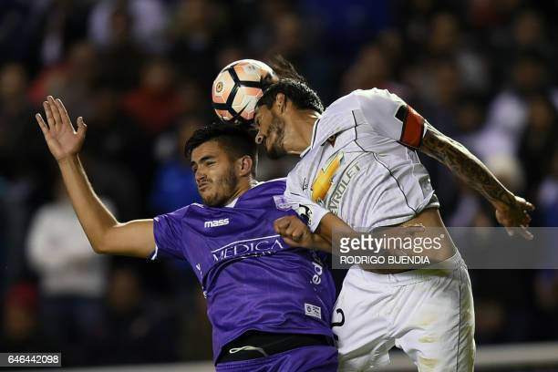 Uruguay's Defensor Sporting Maximiliano Gomez vies for the ball with Ecuador's Liga de Quito Norberto Araujo during their 2017 Copa Sudamericana...