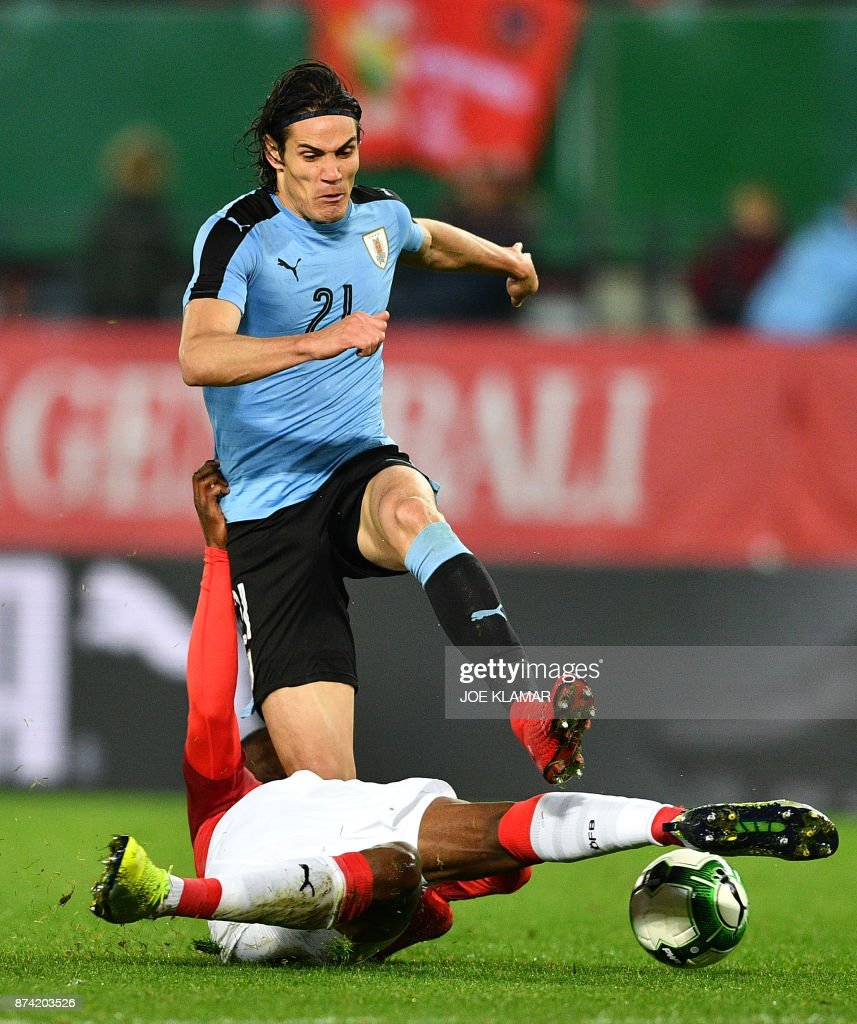 Uruguay's Edinson Cavani fights for the ball with Austria's Kevin Danso during the international friendly football match Austria v Uruguay in Vienna, on November 14, 2017. /