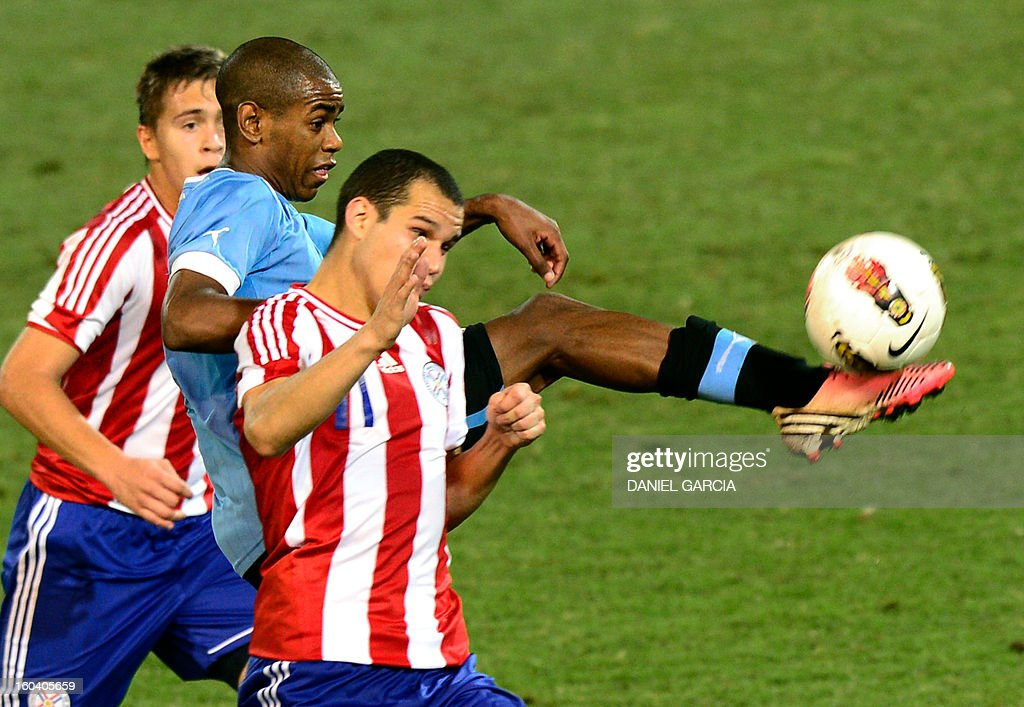 Uruguay's forward Diego Rolan (C) vies for the ball with Paraguay's midfielder Robert Piris (L) and midfielder Rodrigo Alborno during the South American U-20 final round football match at Malvinas Argentinas stadium in Mendoza, Argentina, on January 30, 2013. Four teams will qualify for the FIFA U-20 World Cup Turkey 2013.