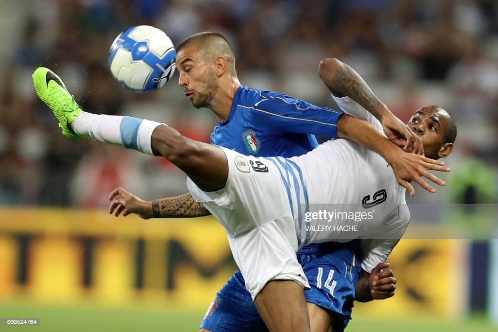 Uruguay's forward Diego Rolan (R) vies with Italy's midfielder Leonardo Spinazzola (L) during a friendly football match between Italy and Uruguay at Allianz Riviera stadium, in Nice, on June 7, 2017. /