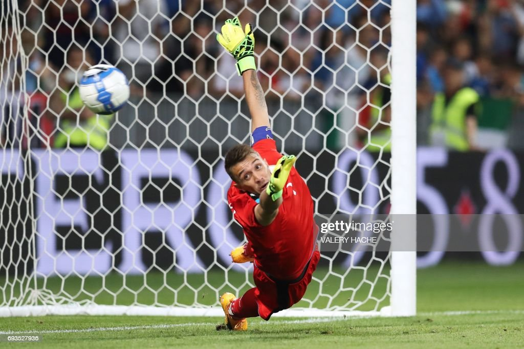 TOPSHOT - Uruguay's goalkeeper Fernando Muslera jumps but misses a goal from Uruguay during the friendly football match Italy vs Uruguay at the Allianz Riviera Stadium in Nice, southern France, on June 7, 2017. /