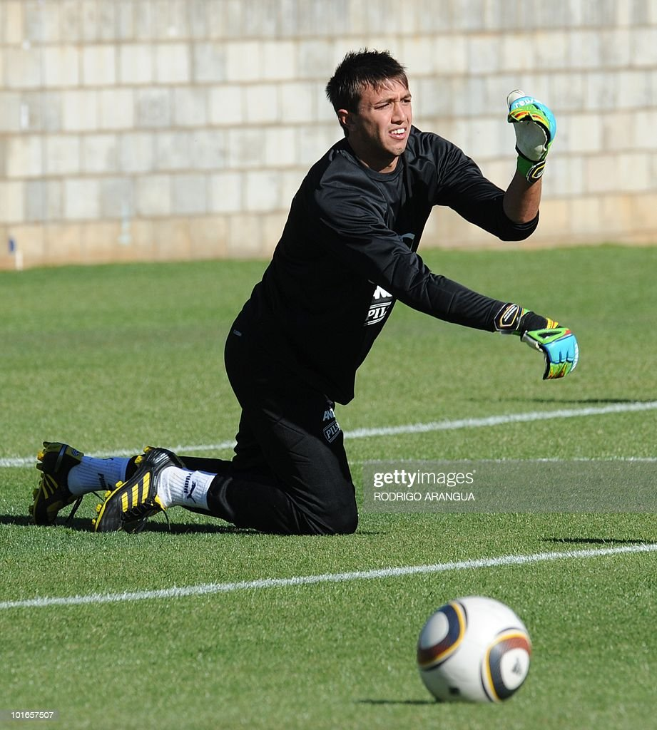 Uruguay's goalkeeper Fernando Muslera takes part in a training session of the national football team in Kimberley on June 6, 2010. Uruguay will face France on June 11 in Cape Town in their Group A kick off football match of the 2010 World Cup. AFP PHOTO/ Rodrigo ARANGUA