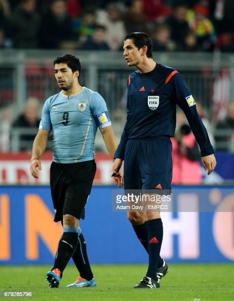 Uruguay's Luis Suarez with match referee Deniz Aytekin