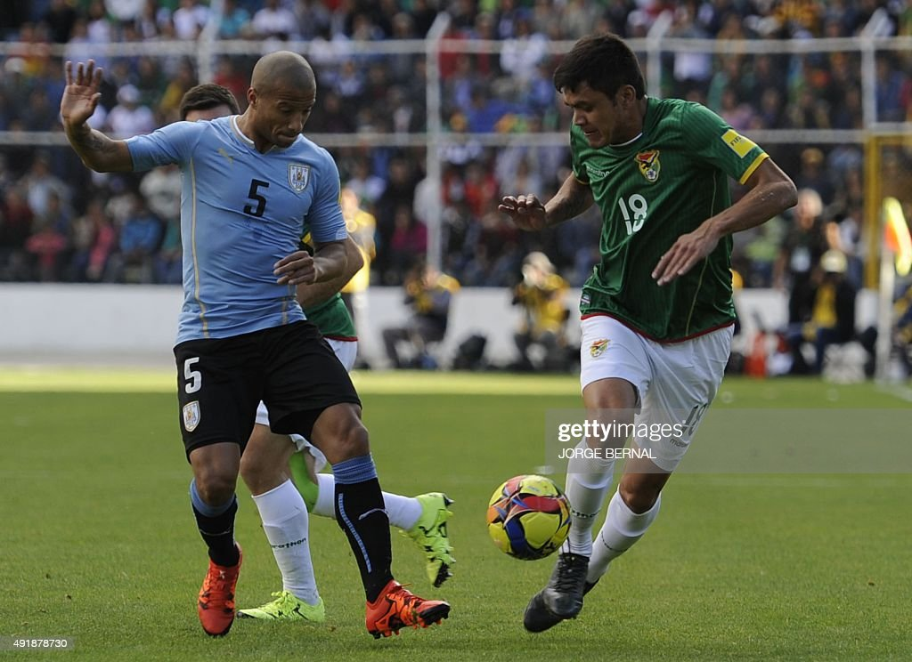 Uruguay's midfielder Carlos Sanchez (R) and Bolivia's OscarAlberto Diaz vie for the ball during the Russia 2018 FIFA World Cup qualifiers match, at the Hernando Siles stadium in La Paz, on October 8, 2015.