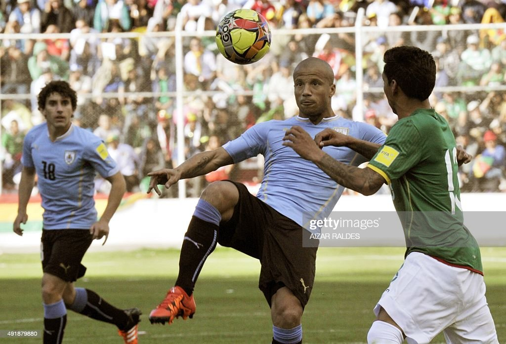 Uruguay's midfielder Carlos Sanchez (C) eyes the ball during the Russia 2018 FIFA World Cup qualifiers match against Bolivia, at the Hernando Siles stadium in La Paz, on October 8, 2015.