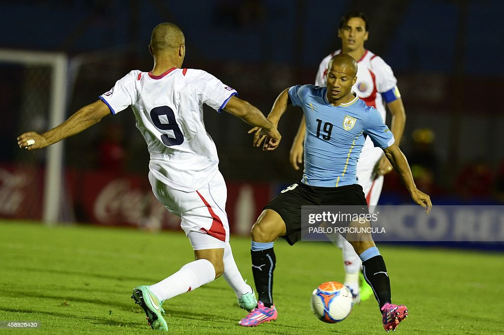 Uruguay's midfielder Carlos Sanchez (R) vies for the ball with Costa Rica's forward Alvaro Saborio (L) during a friendly football match at Centenario stadium in Montevideo on November 13, 2014. AFP PHOTO / Pablo PORCIUNCULA