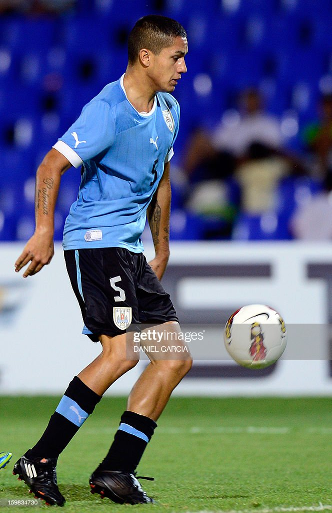 Uruguay's midfielder Jim Varela controls the ball during their South American U-20 final round football match against Peru at Malvinas Argentinas stadium in Mendoza, Argentina, on January 20, 2013. Four teams will qualify for the FIFA U-20 World Cup Turkey 2013. AFP PHOTO / DANIEL GARCIA