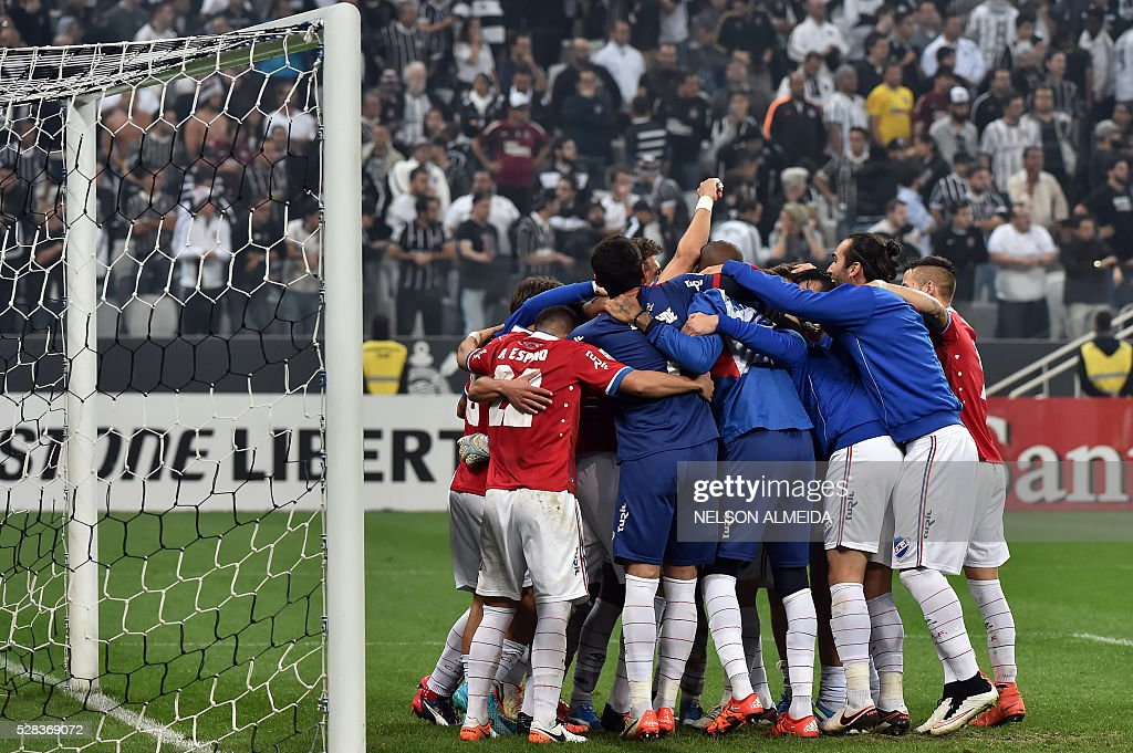 Uruguay's Nacional team players celebrate after defeated Brazils Corinthians during their 2016 Copa Libertadores football match at Arena Corinthians stadium, in Sao Paulo, Brazil, on May 4, 2016. / AFP / NELSON
