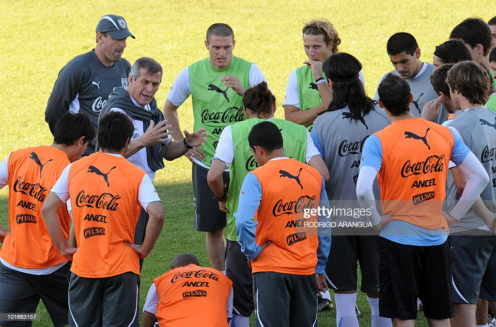 Uruguay's national football team coach Oscar Washington Tabarez (2nd-L) talks to his players during a training session in Kimberley on June 6, 2010 ahead of the start of the 2010 World Cup football tournament in South Africa. AFP PHOTO / Rodrigo ARANGUA