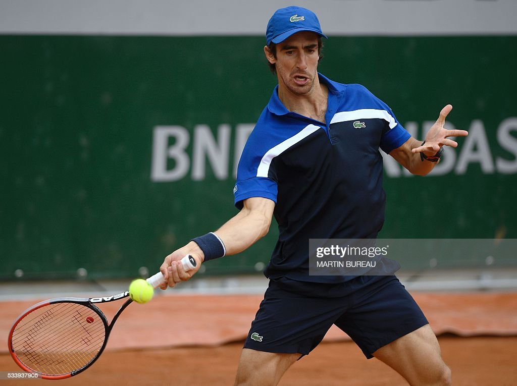 Uruguay's Pablo Cuevas returns the ball to Germany's Tobias Kamke during their men's first round match at the Roland Garros 2016 French Tennis Open in Paris on May 24, 2016. / AFP / MARTIN