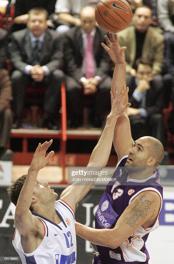 Us Le Mans?s forward Philip Ricci (R) fights for the ball with Croatian Cibona Zagreb?s center Luksa Andric during their Euroleague Basketball match in Le Mans, 23 January 2008.