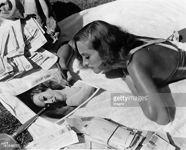 USamerican actress Joan Crawford at sunbathing 1933 Photograph Die USamerikanische Schauspielerin Joan Crawford beim Sonnenbaden 1933 Photographie