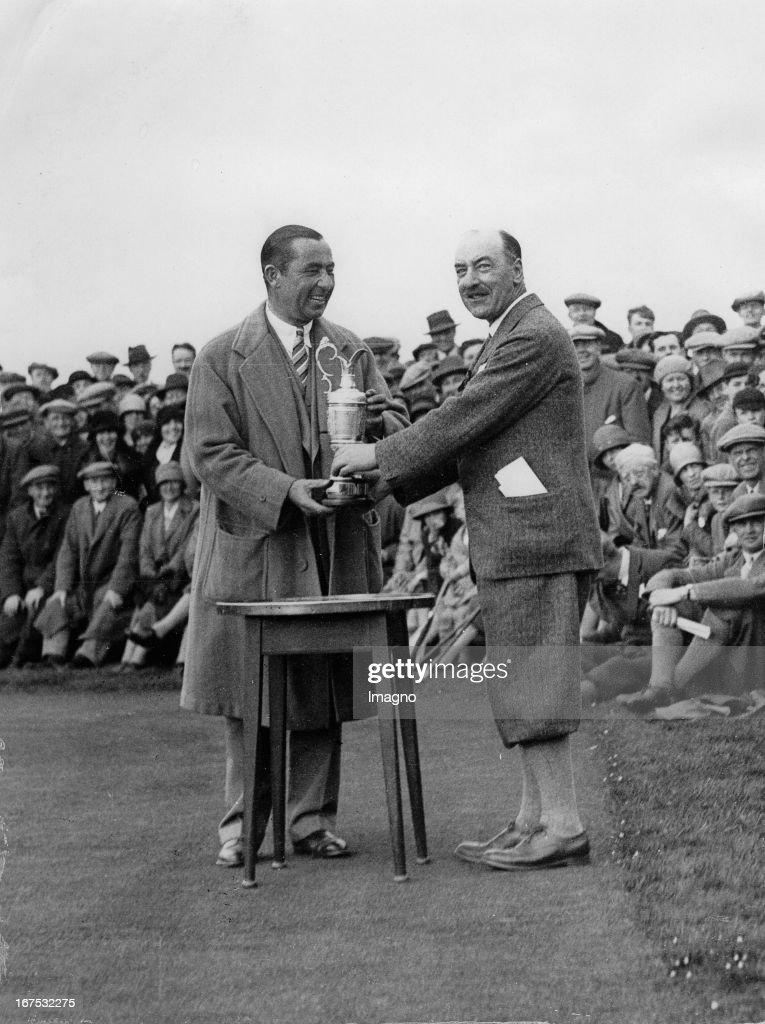 US-american professional golfer Walter Hagen wins the British Open Gold Championship. Muirfield. May 11th 1929. Photograph. (Photo by Imagno/Getty Images) Der US-amerikanische Profigolfer Walter Hagen (links) gewinnt die British Open Golf Cahmpionship. Muirfield/England. 11.5.1929. Photographie.