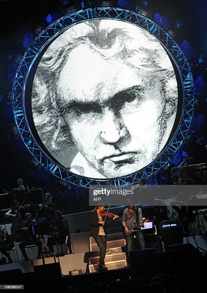 US-German violinist David Garrett performs on a stage decorated with a picture of German classical music composer Ludwig van Beethoven during a concert at the SAP Arena in Mannheim, southwestern Germany, on October 27, 2010. AFP PHOTO / DANIEL ROLAND
