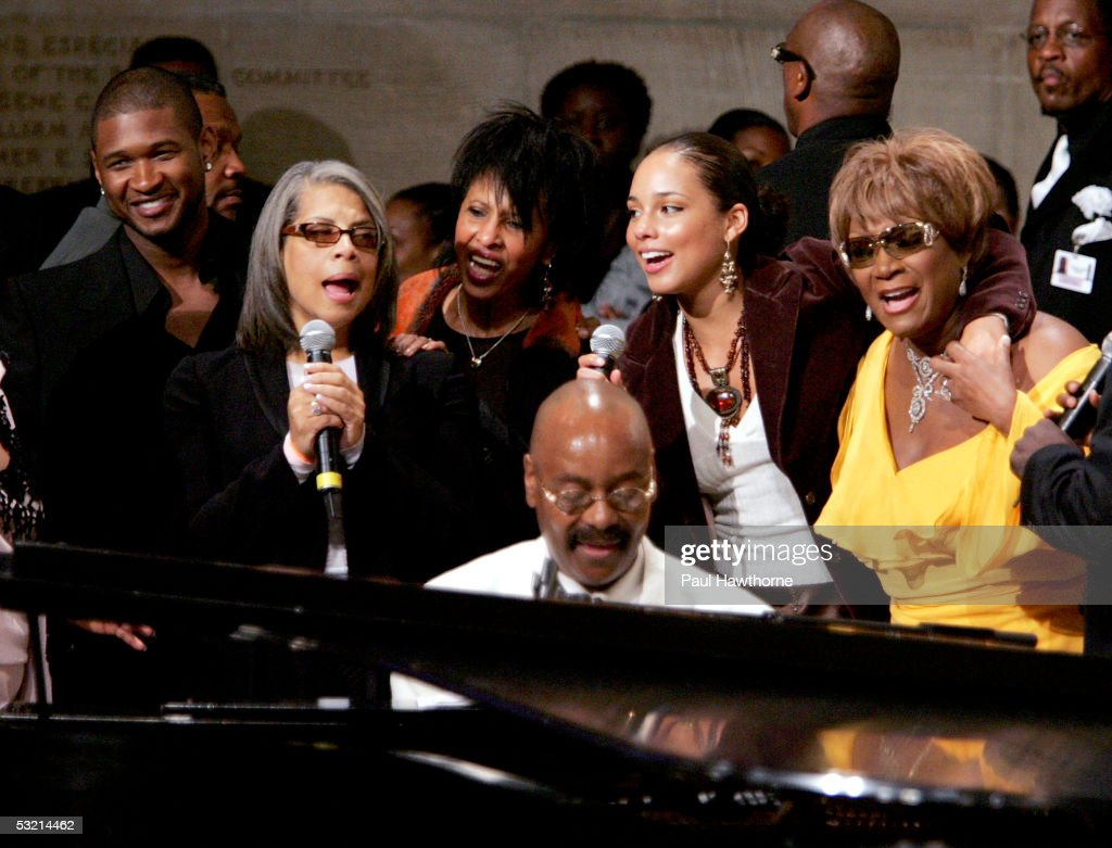 Usher, Pattie Austin, Nona Hendricks, pianist Donnie Harper, Alicia Keyes and Patti Labelle perform during the funeral of Luther Vandross at Riverside Church July 8, 2005 in New York City.
