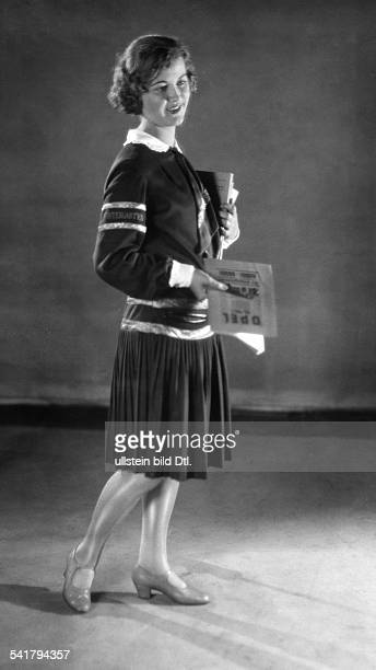 usherette with an Opelbrochure 1928Vintage property of ullstein bild